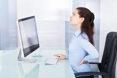 Empresaria que sufre de dolor de espalda Fotos de archivo libres de regalías