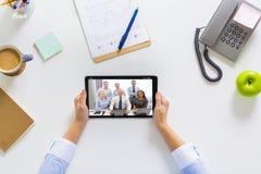 Empresaria que tiene videoconferencia en la tableta fotografía de archivo libre de regalías