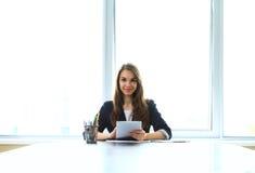 Empresaria que trabaja con la tablilla Fotografía de archivo libre de regalías