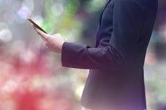 Empresaria que trabaja con smartphone Imagen de archivo libre de regalías