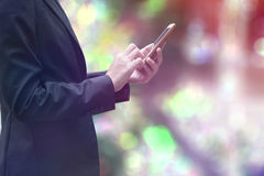 Empresaria que trabaja con smartphone Fotografía de archivo libre de regalías