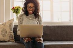 Empresaria que trabaja de hogar en el ordenador portátil imagen de archivo libre de regalías
