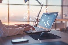 Empresaria que trabaja en casa usando el ordenador, estudiando ideas del negocio en una pantalla de la PC en línea imagen de archivo libre de regalías