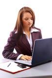 Empresaria que trabaja en el escritorio Foto de archivo libre de regalías