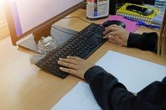 Empresaria que trabaja en el ordenador en la tabla Fotos de archivo