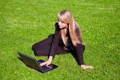 Empresaria que trabaja en la computadora portátil Fotografía de archivo libre de regalías