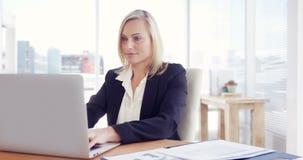 Empresaria que trabaja en la computadora portátil almacen de video