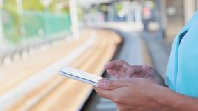 Empresaria que trabaja en la tableta que se coloca en el ferrocarril almacen de metraje de vídeo