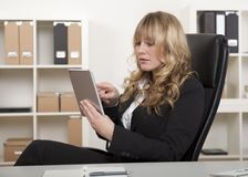 Empresaria que trabaja en una tablilla Imagen de archivo