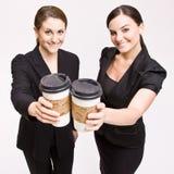 Empresaria que tuesta con las tazas de café Foto de archivo