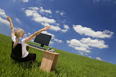 Empresaria que usa el ordenador en un campo verde fotografía de archivo