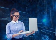 Empresaria que usa el ordenador portátil con códigos binarios en fondo Fotografía de archivo
