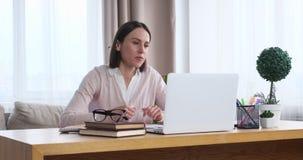 Empresaria que usa el ordenador port?til para la comunicaci?n video almacen de metraje de vídeo
