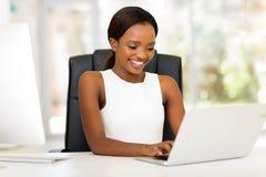 Empresaria que usa la computadora portátil Imagenes de archivo