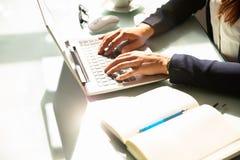 Empresaria que usa la computadora port?til imagenes de archivo