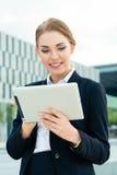 Empresaria que usa la tableta Fotografía de archivo libre de regalías