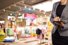Empresaria que usa la tableta digital en la alameda de compras Foto de archivo libre de regalías