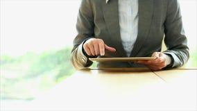 Empresaria que usa la tableta en oficina metrajes