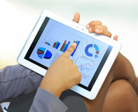 Empresaria que usa la tableta para trabajar Imagenes de archivo