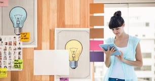 Empresaria que usa la tableta por los gráficos en oficina stock de ilustración