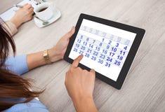 Empresaria que usa la tablilla digital foto de archivo libre de regalías