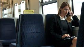 Empresaria que usa su tableta en el tren metrajes