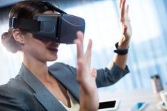 Empresaria que usa un oculus Imágenes de archivo libres de regalías