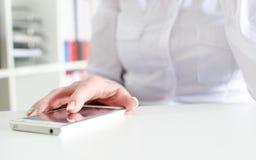 Empresaria que usa un smartphone Imagenes de archivo