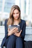 Empresaria que usa una tableta imagen de archivo