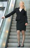 Empresaria que va abajo de la escalera móvil Imagen de archivo libre de regalías