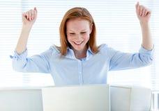 Empresaria radiante que levanta sus brazos Foto de archivo libre de regalías