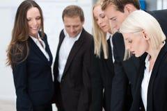 Empresaria rubia atractiva con su equipo Foto de archivo
