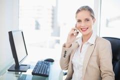 Empresaria rubia feliz que tiene una presentación de la llamada de teléfono Imagenes de archivo