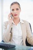 Empresaria rubia pacífica que tiene una presentación de la llamada de teléfono Fotografía de archivo libre de regalías