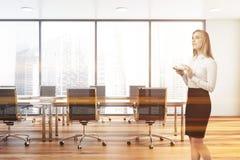 Empresaria rubia pensativa en sala de reunión fotografía de archivo