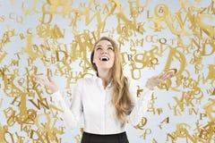 Empresaria rubia que llora con la alegría, letras Imágenes de archivo libres de regalías