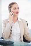 Empresaria rubia sonriente que tiene una presentación de la llamada de teléfono Imagen de archivo