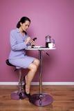 Empresaria sentada en un funcionamiento del café Fotografía de archivo libre de regalías