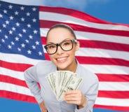 Empresaria sonriente con el dinero del efectivo del dólar Imagen de archivo