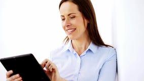 Empresaria sonriente con el ordenador de la PC de la tableta almacen de video