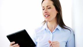 Empresaria sonriente con el ordenador de la PC de la tableta almacen de metraje de vídeo