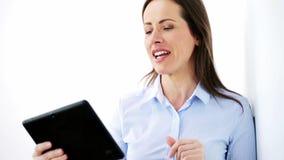 Empresaria sonriente con el ordenador de la PC de la tableta metrajes