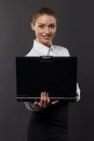 Empresaria sonriente con el ordenador portátil en estudio Imágenes de archivo libres de regalías