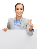 Empresaria sonriente con el tablero en blanco blanco foto de archivo libre de regalías