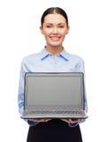 Empresaria sonriente con la pantalla en blanco del ordenador portátil Fotografía de archivo