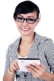Empresaria sonriente con la tablilla del iPad Foto de archivo
