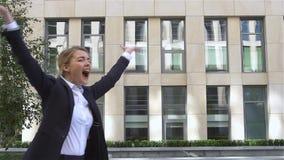 Empresaria sonriente con las manos para arriba, cámara lenta metrajes