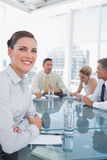 Empresaria sonriente en una reunión Foto de archivo