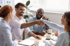 Empresaria sonriente feliz del hombre de negocios que sacude las manos en la reuni?n de negocios fotografía de archivo libre de regalías
