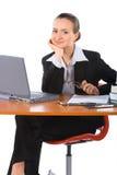 Empresaria sonriente joven con la computadora portátil Imágenes de archivo libres de regalías